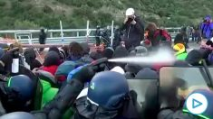 Antidisturbios franceses lanzan gas pimienta a los independentistas