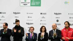 Piqué aplaude junto a las autoridades en el estreno de la Copa Davis. (AFP)