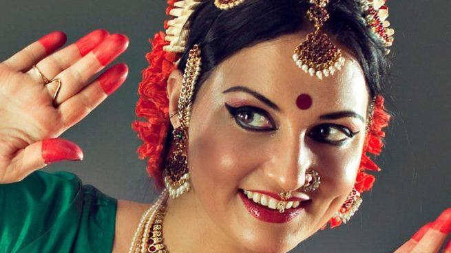 punto rojo en la frente de las mujeres indias