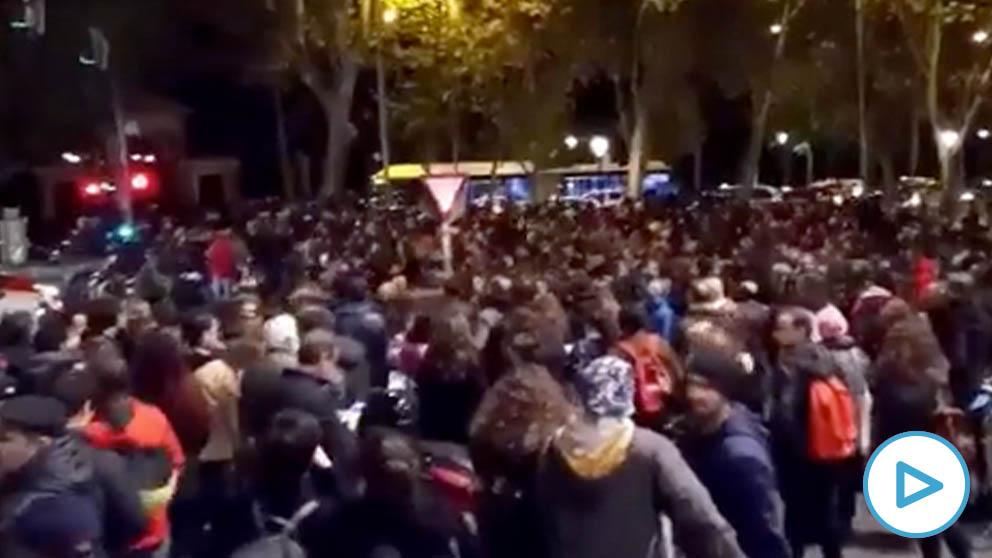 Un grupo de personas corta el Paseo del Prado por el desalojo de los 'okupas' de La Ingobernable - OKDIARIO