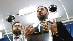 El presidente de Vox, Santiago Abascal (d), acompañado del portavoz del Grupo Parlamentario de Vox Iván Espinosa de los Monteros expone la posición de su formación respecto al acuerdo de Gobierno anunciado por PSOE y Podemos. (Foto: Efe)