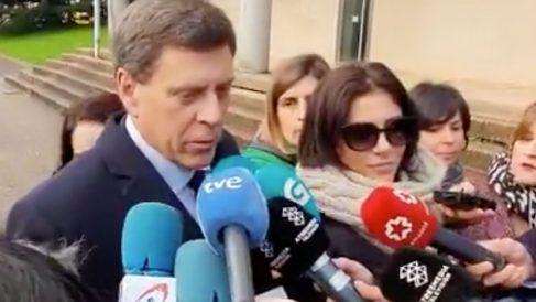 El padre de DIana Quer, Juan Carlos Quer, y su hermana, Valeria, atienden a los medios de comunicación antes de entrar a los juzgados de Santiago. Foto: Twitter