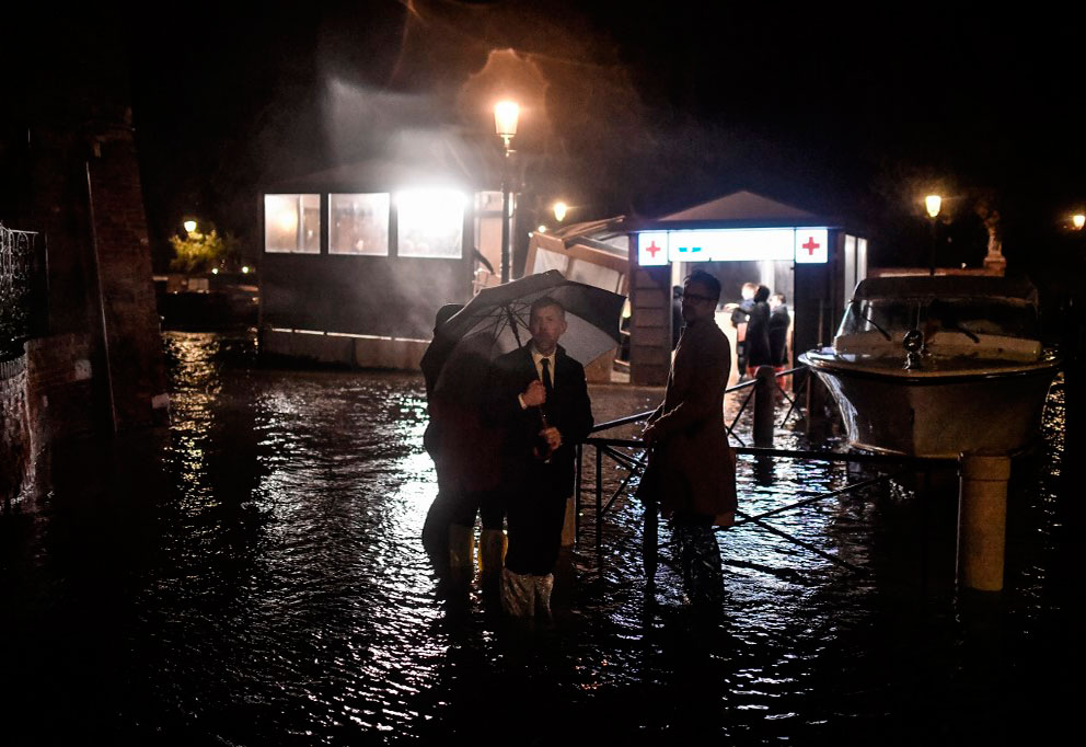 La excepcional marea que azotó la noche del martes a Venecia alcanzó los 187 centímetros sobre el nivel de referencia. Foto: AFP