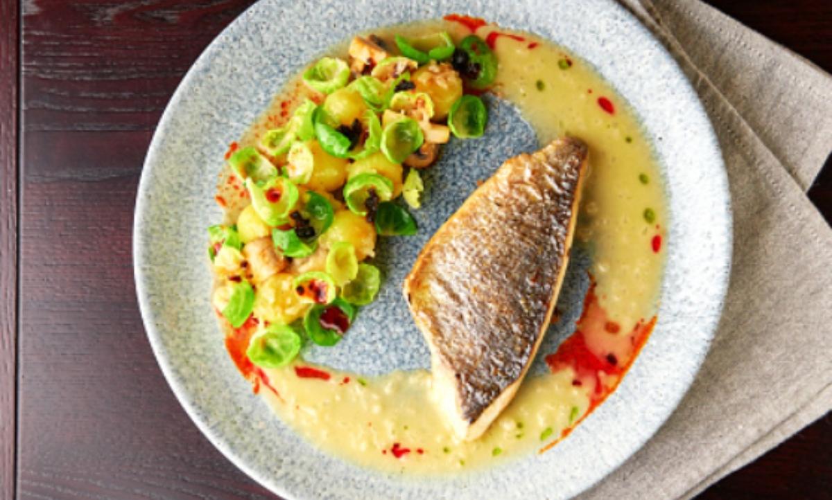 Bacalao al vapor sobre crema de patatas, receta de pescado fácil
