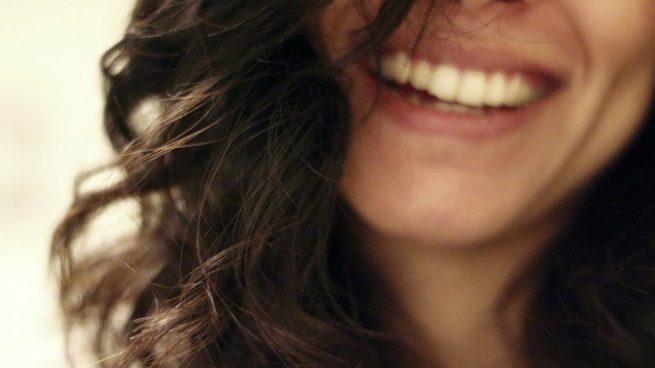 Este tratamiento se basa en aclarar varios tonos el color de los dientes.