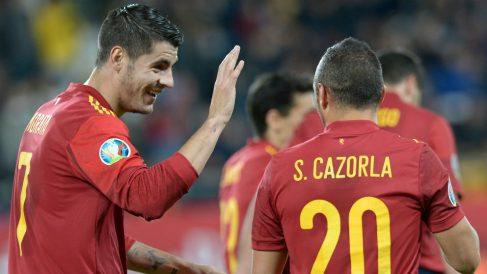 Morata y Cazorla celebran un gol en el España-Malta. (AFP)