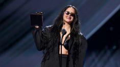 Rosalía con uno de sus Grammy Latino. Foto: AFP