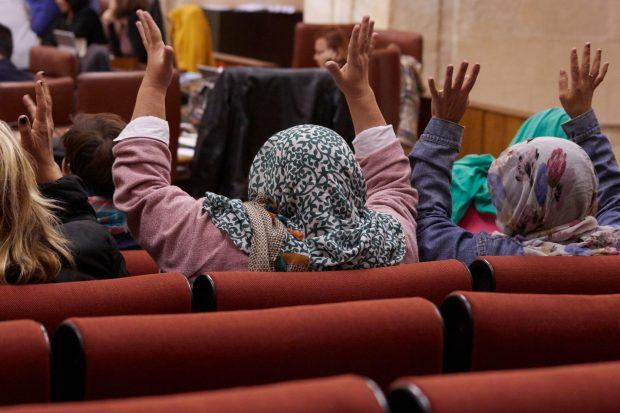 Las invitadas de Podemos a un pleno se ponen el 'hiyab' para protestar por el