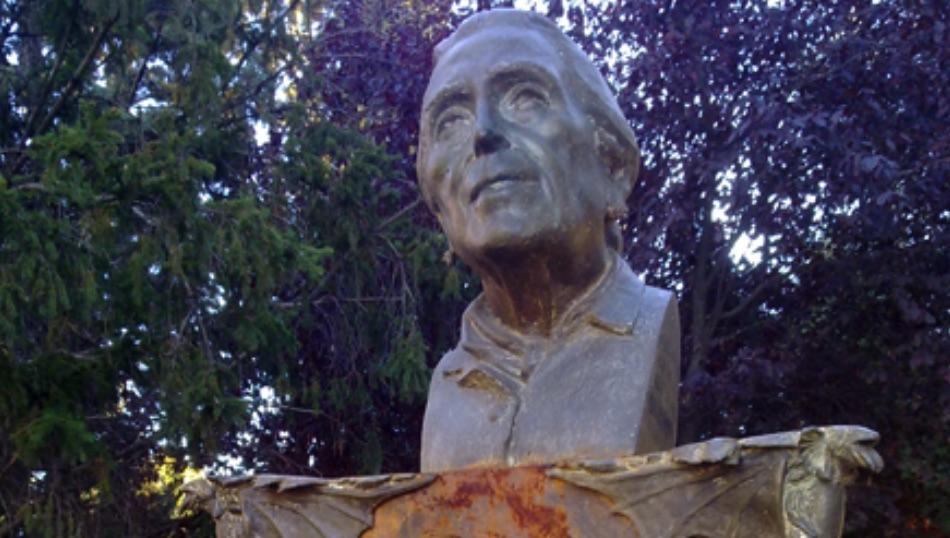 Aspecto del busto de La Pasionaria antes del derribo.