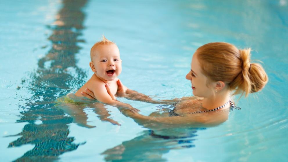 Cuándo bañar por primera vez al bebé en la piscina