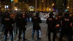 Agentes de la Policía Nacional en los disturbios de Barcelona tras conocerse la sentencia del procés. @Getty