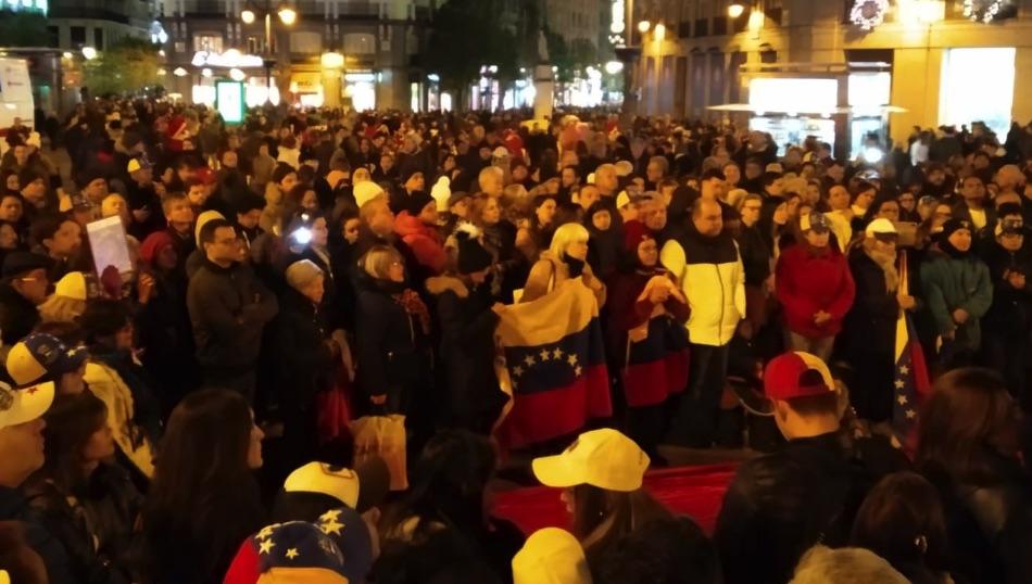 Imagen de la protesta en la Puerta del Sol contra Maduro.