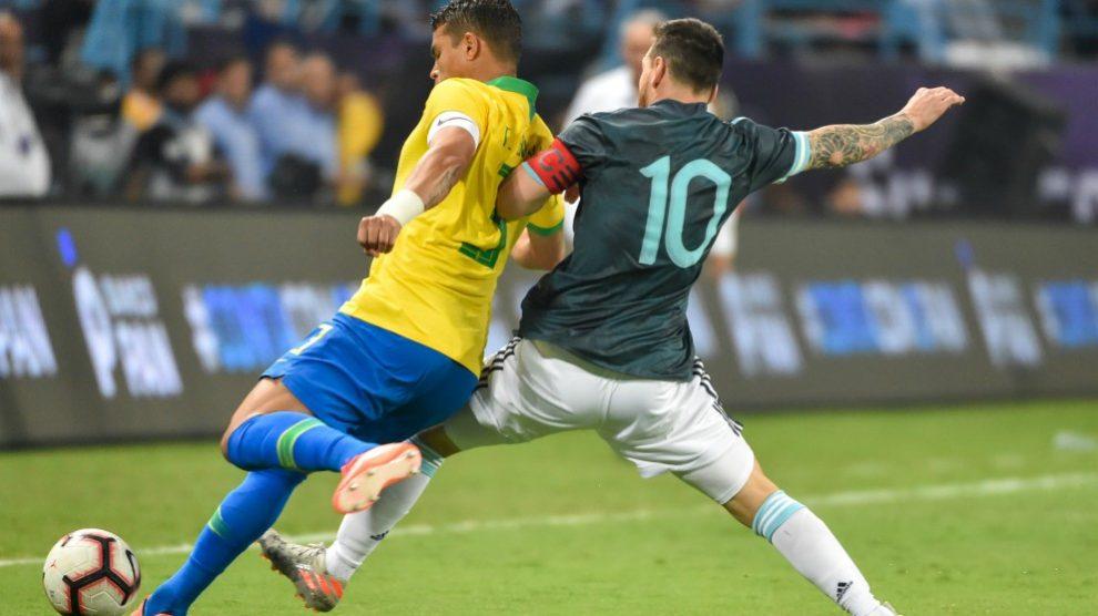 Messi y Thiago Silva disputan un balón en el superclásico del viernes.