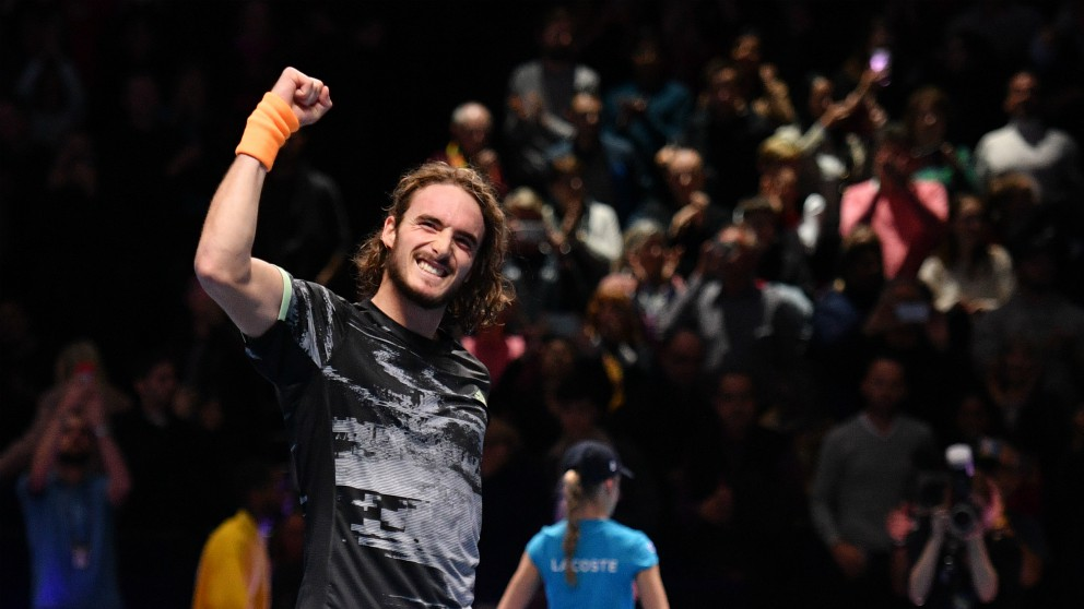 Tsitsipas celebra su triunfo sobre Roger Federer. (AFP)