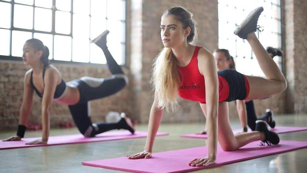 Muchas personas creen que son iguales, pero lo cierto es que entre el yoga y el pilates hay muchas diferencias