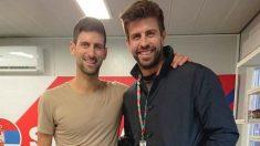 Djokovic y Piqué, en el vestuario de Serbia. (Kosmos)