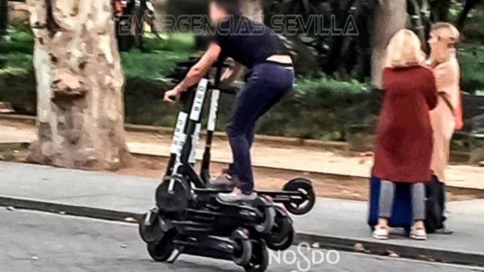 Un hombre conduce sobre seis patinetes eléctricos en Sevilla - OKDIARIO