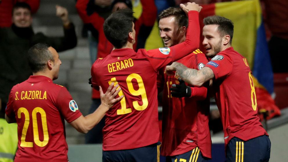Los jugadores de España celebran un gol ante Rumanía. (Getty)