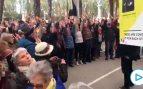 La hilarante 'performance' de jubilados separatistas en apoyo a Torra que enloquece a las redes