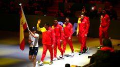 Los jugadores del equipo español saltan a la pista en la ceremonia de inauguración. (Getty)