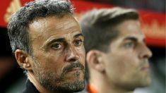 Luis Enrique, junto a Robert Moreno en un partido de España. (AFP)