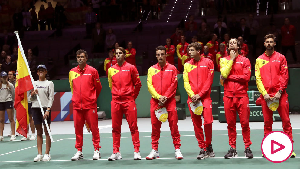 Los jugadores de la selección española de Copa Davis escuchan el himno.