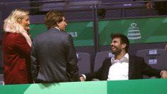 Piqué, de risas con el alcalde de Madrid en un descanso de la Copa Davis. (EFE)