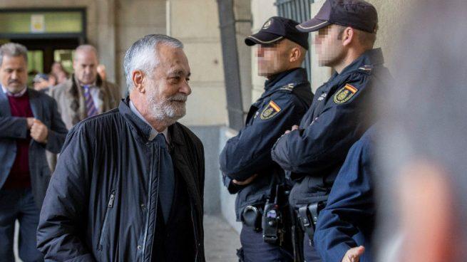 El expresidente José Antonio Griñán, a su llegada a este martes a la Audiencia de Sevilla, que le ha condenado a seis años de cárcel por un delito de malversación y a 15 años de inhabilitación por otro de prevaricación en el caso de los Expedientes de Regulación de Empleo (ERE). EFE/Julio Muñoz