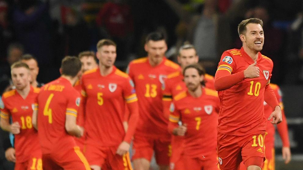 Ramsey celebra uno de los goles a Hungría. (Getty)