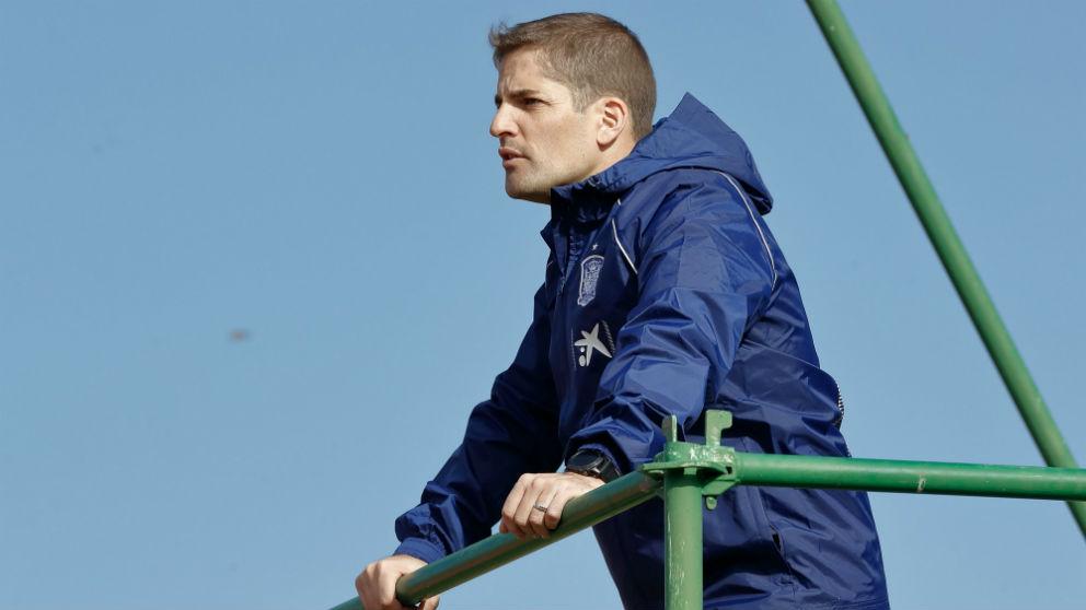 Robert Moreno dirige un entrenamiento de la selección española.