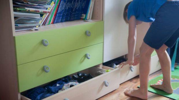 Cómo organizar un armario al estilo Montessori para que los niños sean independientes