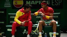 Sergi Bruguera y Rafa Nadal conversan en el banquillo. (AFP)