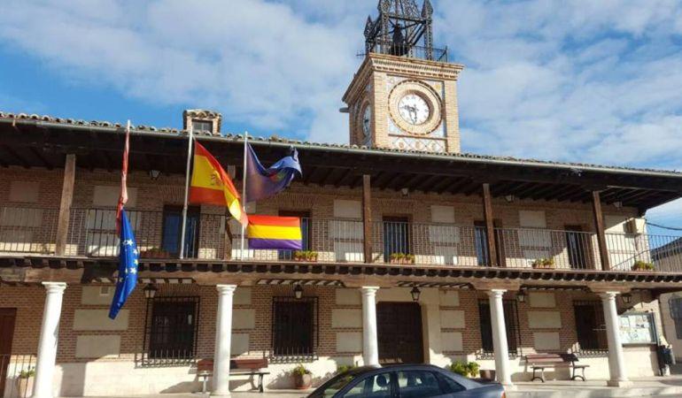 Bandera republicana en la fachada del Ayuntamiento de esta localidad madrileña. (Foto. IU-CM)