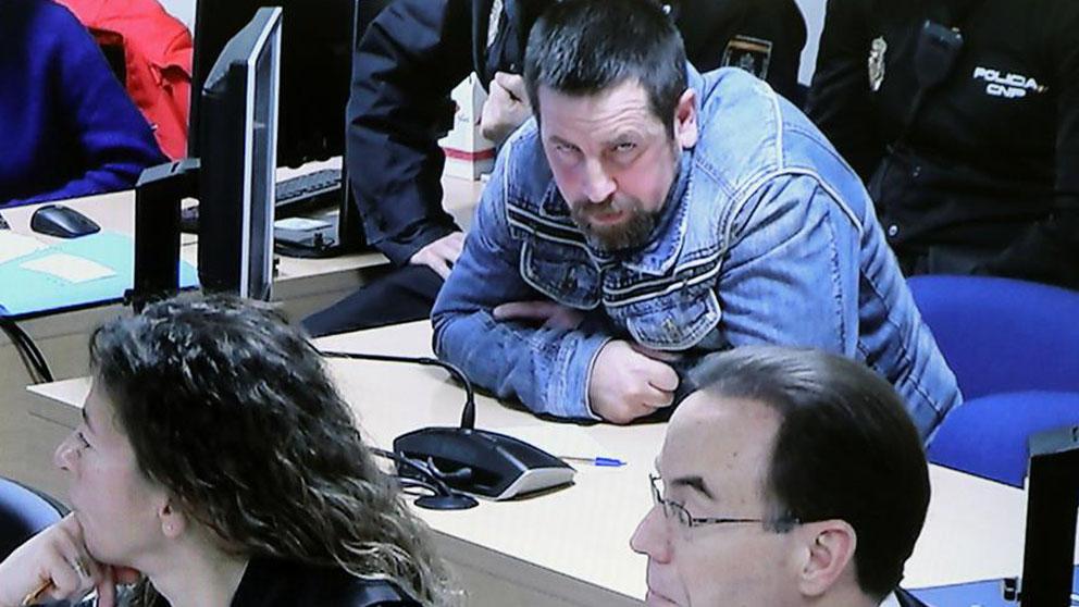 El único acusado por la muerte de Diana Quer, José Enrique Abuín atiende a las explicaciones de uno de los agentes que estudiaron el teléfono móvil de Diana, durante la jornada séptima de este juicio que se celebra en la Audiencia Provincial de Santiago de Compostela.