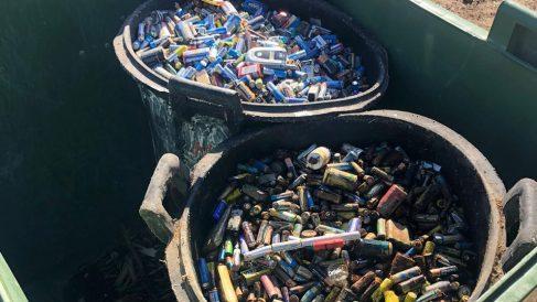 Cubos de pilas hallados en El Escorial y denunciado por Ciudadanos.