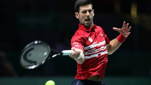 Djokovic golpea la bola durante la jornada 4 de la Copa Davis. (Getty)