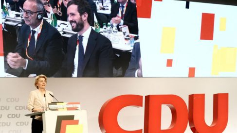 La presidenta de la Comisión Europea, Ursula Von Der Leyden, interviene en el Congreso de la CDU ante la mirada de Pablo Casado.