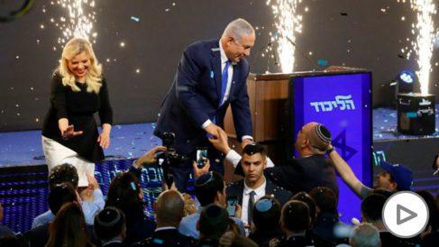El primer ministro israelí Netanyahu celebrando los resultados del escrutinio. Foto: AFP