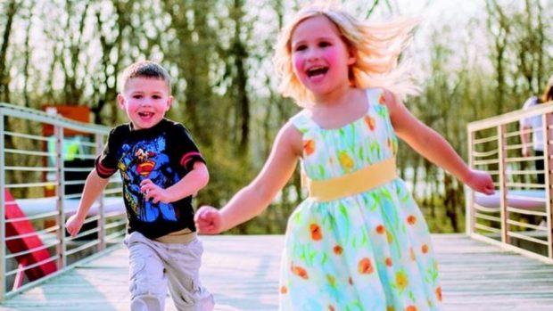 Razones por las que debemos jugar con los niños al aire libre