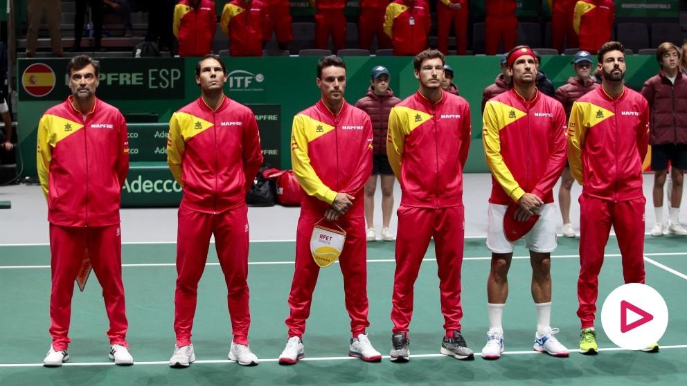 Los jugadores españoles, en la ceremonia de himnos. (Alberto Simón)