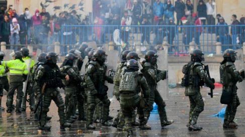 Policías durante los disturbios en Colombia. Foto: EP