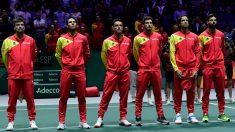 El equipo español de Copa Davis 2019 forma antes de que suene el himno de España en la Caja Mágica (AFP).