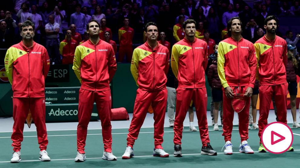 España escucha el himno en la final de la Davis. (AFP)