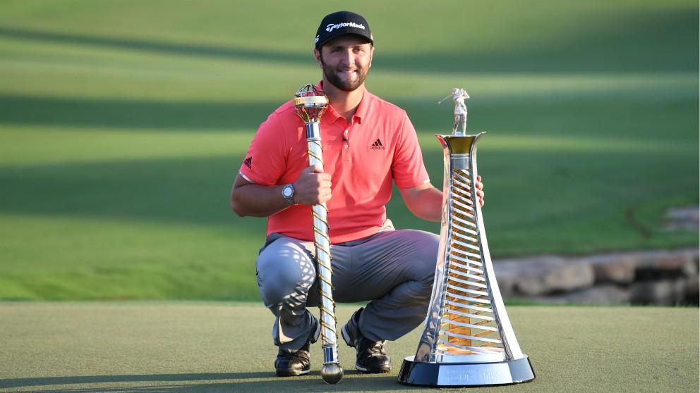 Jon Rahm posa con el título en Dubai. (AFP)