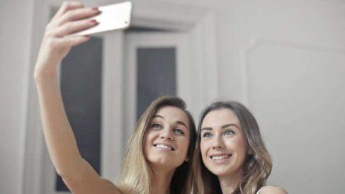 Llevar a cabo algunos trucos al hacerte fotos te permitirá lucir mejor en ellas