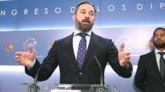 El presidente de Vox, Santiago Abascal, compareciendo en rueda de prensa en el Congreso. (Foto: Efe)
