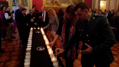 Todos los grupos políticos del Parlamento balear, incluido Vox, participan en el encendido de 52 velas en recuerdo de las víctimas de la violencia machista en España este 2019. Foto: EP