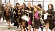 Mujeres entran a una tienda.