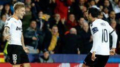 Wass y Parejo celebran el gol que daba el empate al Valencia ante el Chelsea. (EFE)