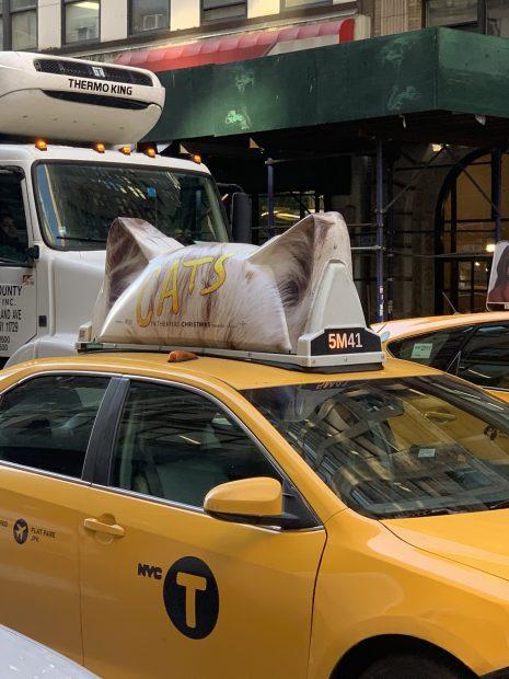un taxi de Nueva York con orejas de gato para promocionar el estreno de 'Cats', la adaptación cinematográfica del famoso musical de Andrew Lloyd Webber.  Foto: @Dominic_Criso | Twitter